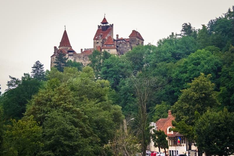 Castelo medieval do farelo, conhecido para o mito de Dracula, em uma montanha na Transilvânia, Romênia fotografia de stock