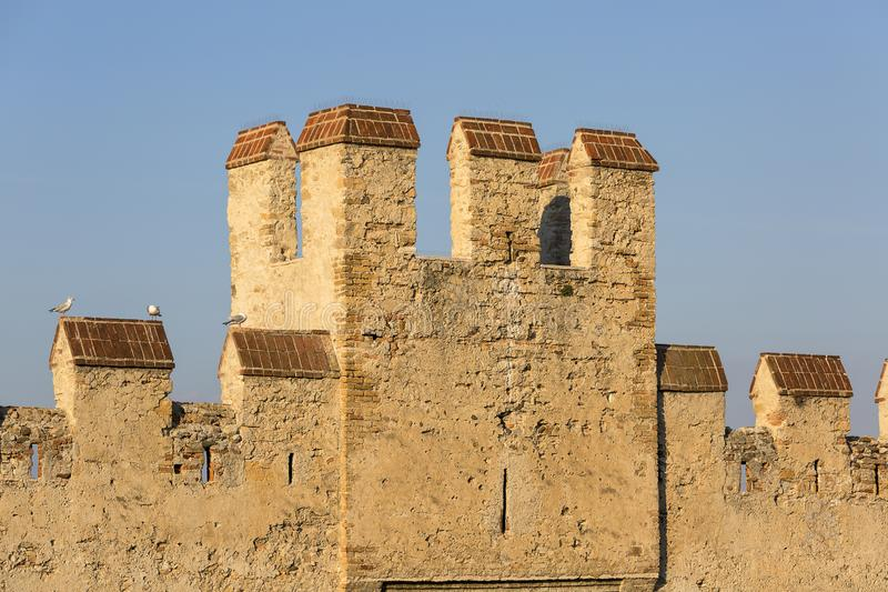 castelo medieval do século XIII Castello Scaligero de Scaliger da pedra no lago Garda, Sirmione, Itália fotos de stock