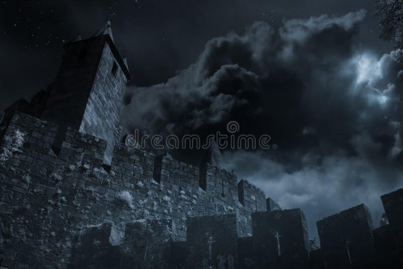 Castelo medieval em uma noite da Lua cheia fotos de stock royalty free