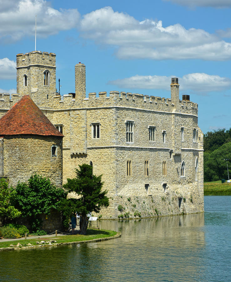 Castelo medieval inglês com fosso imagens de stock