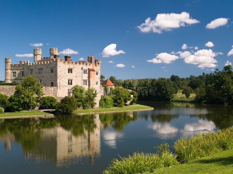 Castelo medieval inglês com fosso, Leeds, Kent, Reino Unido fotos de stock