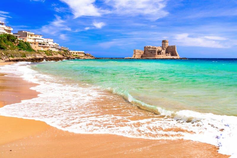 Castelo medieval velho no mar, vista panorâmica, Le Castella, Calabria fotografia de stock