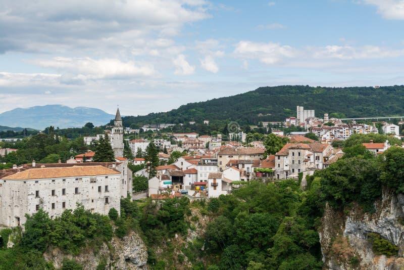 Castelo Montecuccoli de Pazin, panorama de distritos velhos da cidade, Croácia foto de stock