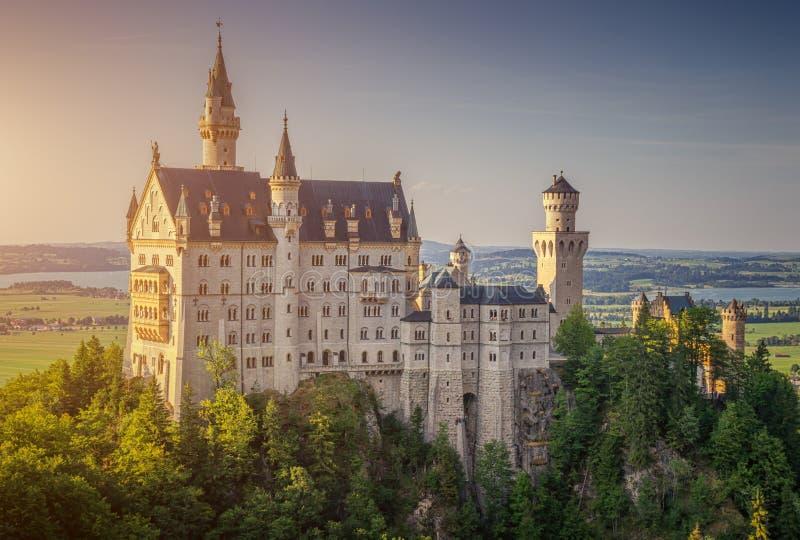 Castelo mundialmente famoso de Neuschwanstein na luz bonita da noite, Baviera, Alemanha imagem de stock