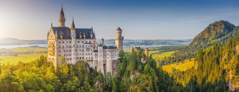 Castelo mundialmente famoso de Neuschwanstein na luz bonita da noite, Baviera, Alemanha imagens de stock royalty free
