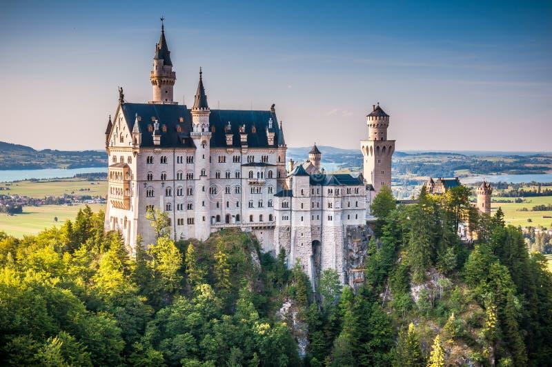 Castelo mundialmente famoso de Neuschwanstein na luz bonita da noite, Fussen, Alemanha fotografia de stock royalty free
