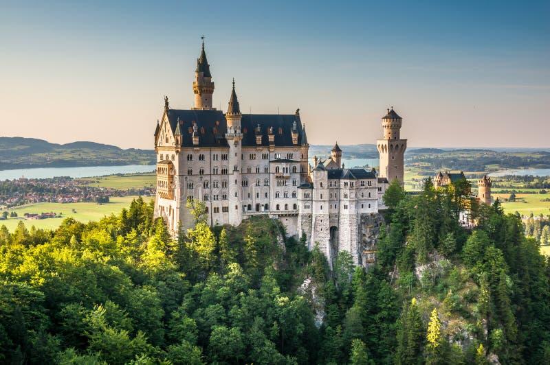 Castelo mundialmente famoso de Neuschwanstein na luz bonita da noite, Fussen, Baviera, Alemanha foto de stock royalty free