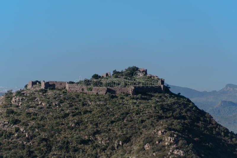 Castelo na montanha das ruínas foto de stock royalty free