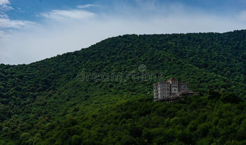 Castelo na parte superior do monte imagem de stock
