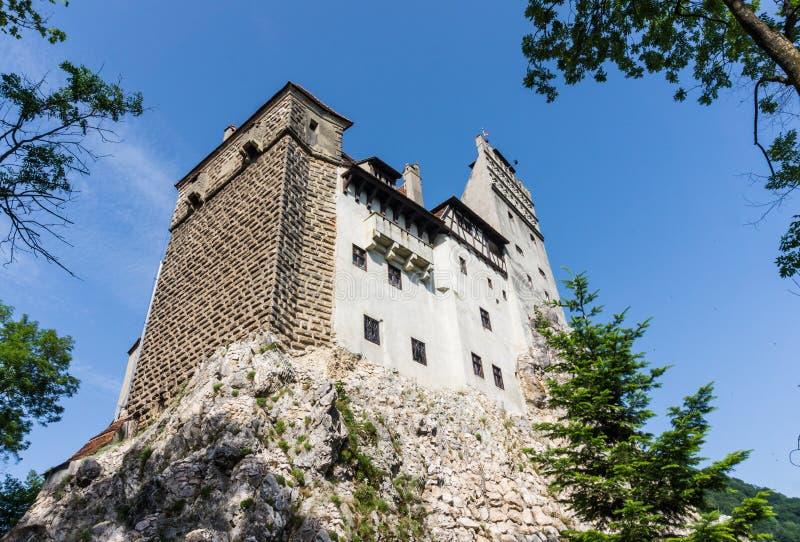 Castelo na rocha de pedra, Romênia do farelo Domicílio antigo do vampiro Dracula imagem de stock
