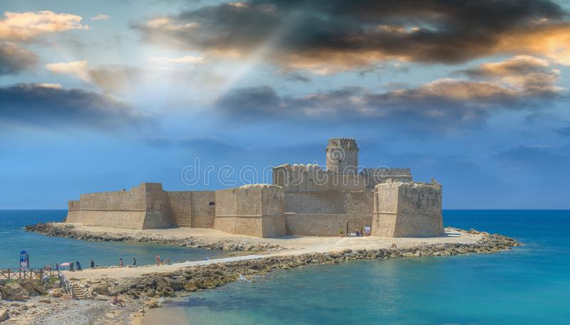 Castelo no por do sol, Le Castella de Aragonese, Calabria - Itália imagem de stock