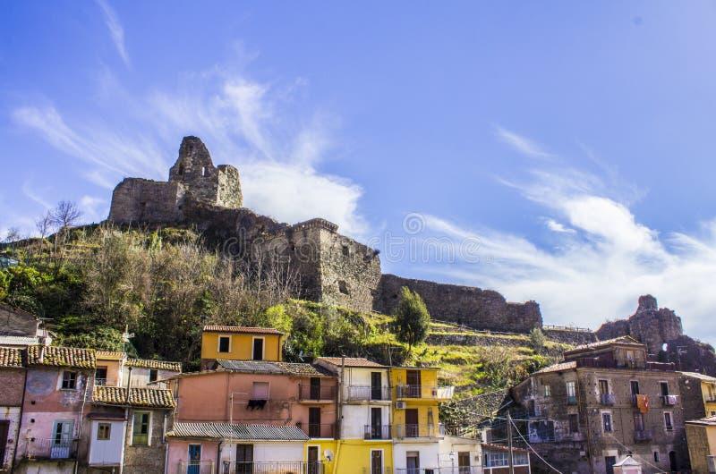 Castelo normando velho do ` s, e cidade medieval, Lamezia Terme, Calabria, Itália imagem de stock