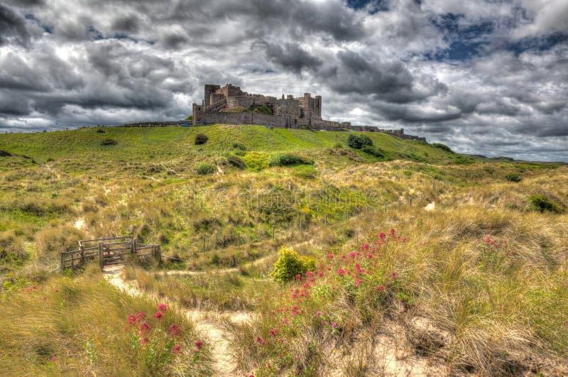 Castelo Northumberland de Bamburgh em um monte no hdr imagem de stock royalty free