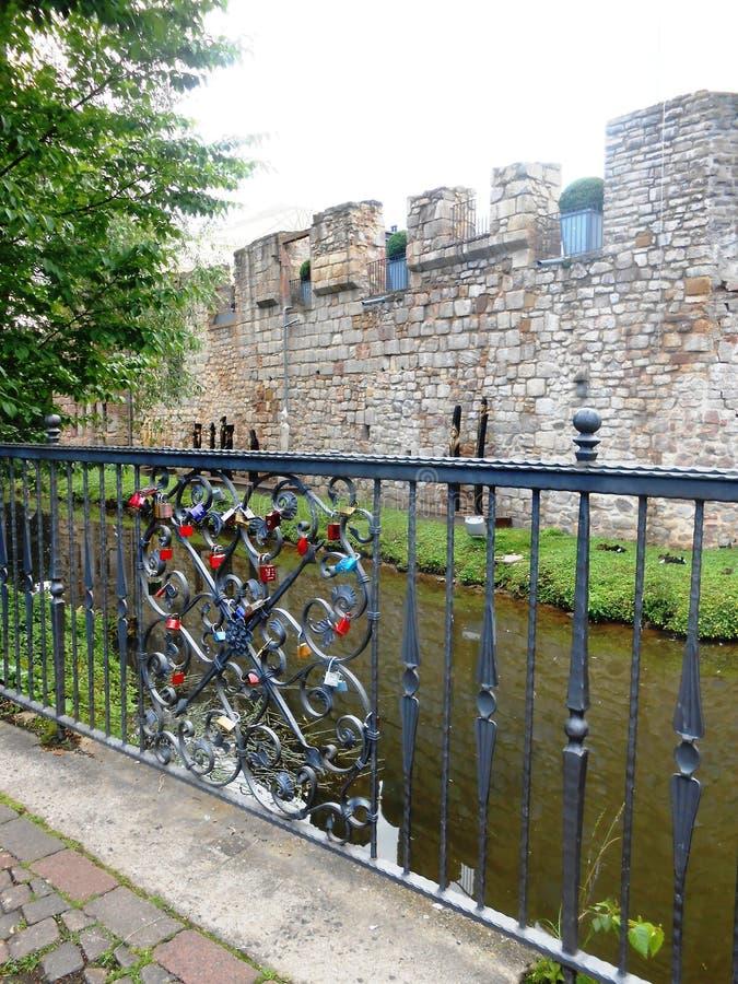 Castelo perto do rio imagens de stock royalty free