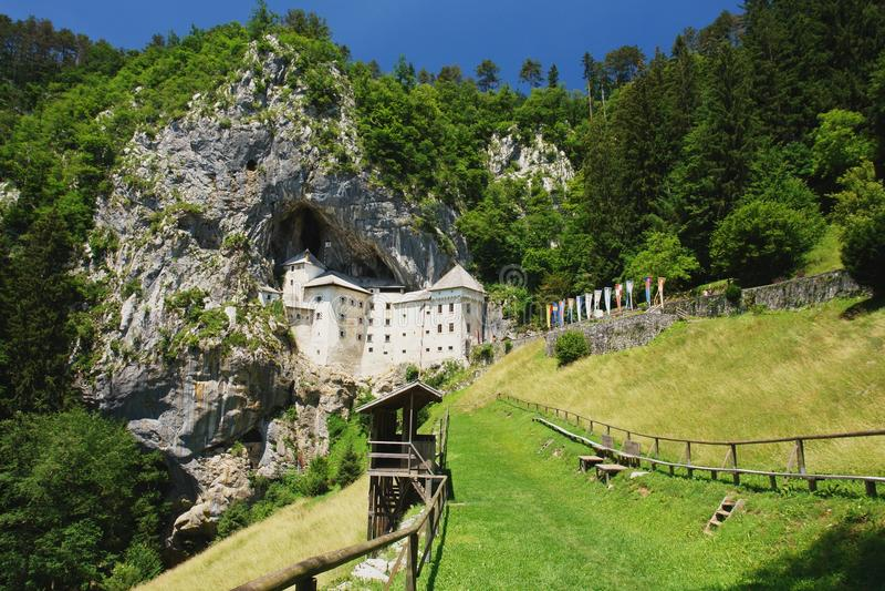 Castelo Predjama, Eslovênia fotografia de stock