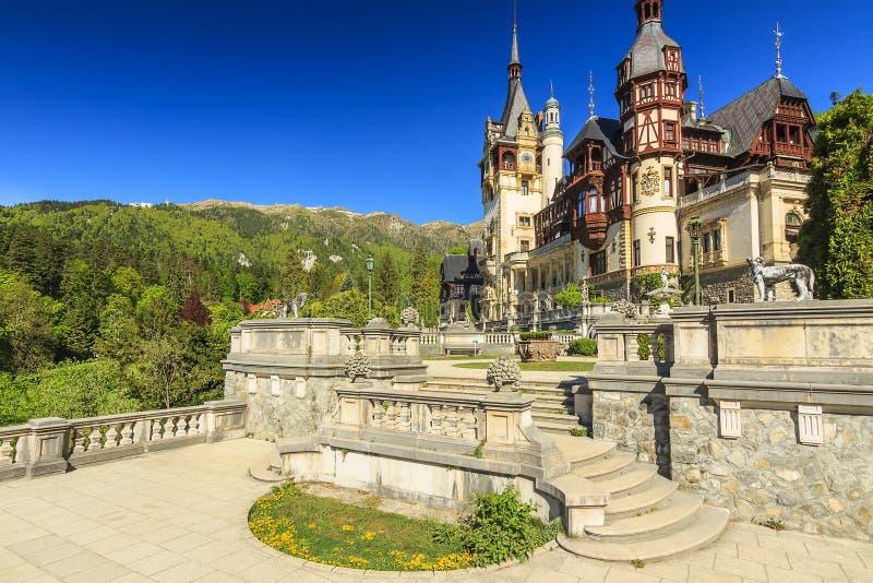 Castelo real de Peles e jardim bonito, Sinaia, Romênia fotos de stock