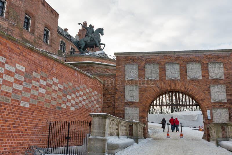 Castelo real de Wawel com porta dos braços em Krakow, Polônia foto de stock royalty free
