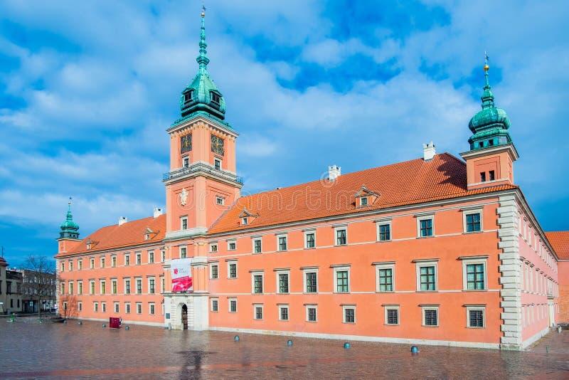Castelo real e o quadrado do castelo na cidade velha de Varsóvia, Polônia foto de stock royalty free