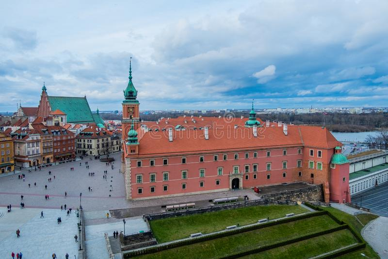Castelo real e o quadrado do castelo na cidade velha de Varsóvia, Polônia imagens de stock royalty free