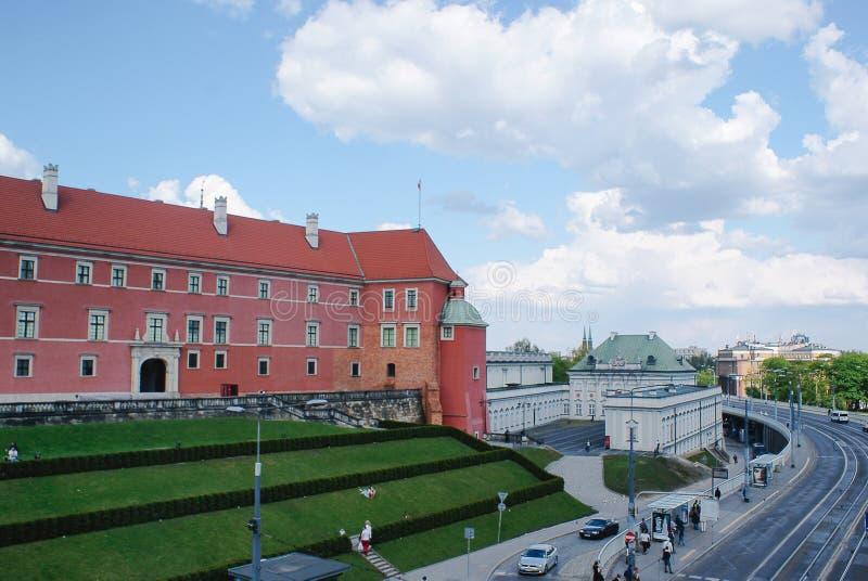 Castelo real em Varsóvia e em palácio do Cobre-telhado imagens de stock