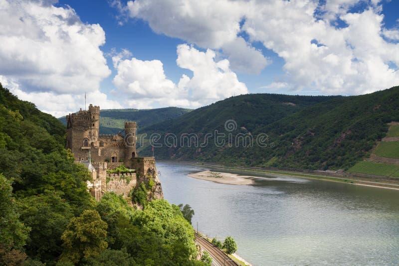 Castelo Rheinstein que negligencia o vale do Reno fotografia de stock royalty free
