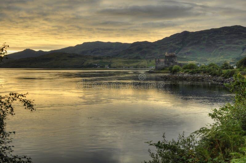 Castelo silencioso em montanhas de Escócia imagem de stock