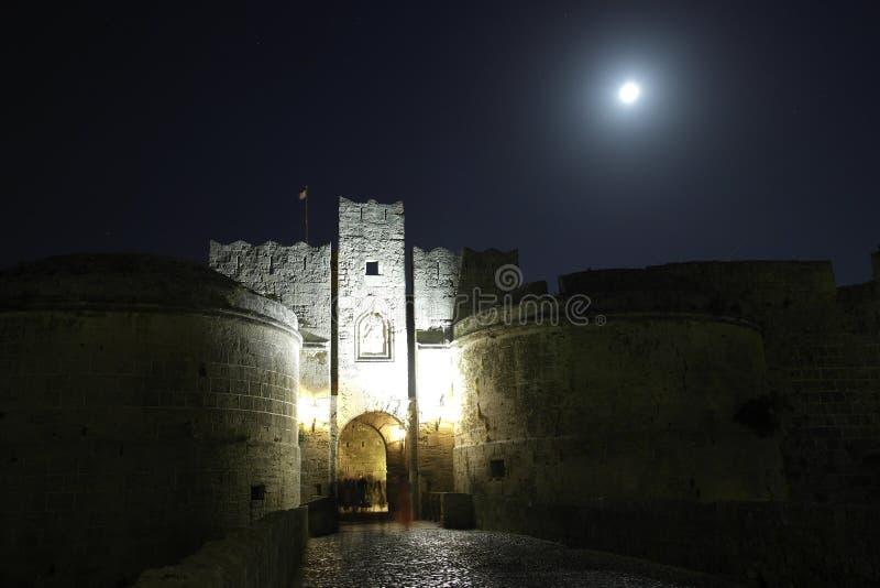 Castelo sob a lua imagens de stock