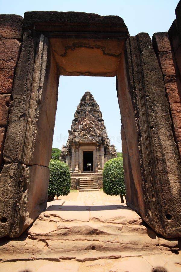 Castelo velho da rocha na opinião de Tailândia através do quadro de porta foto de stock