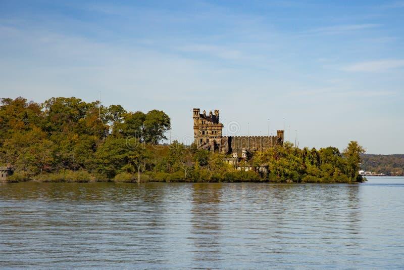 Castelo velho em uma ilha fotos de stock royalty free