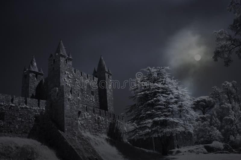 Castelo velho em uma noite da Lua cheia imagem de stock