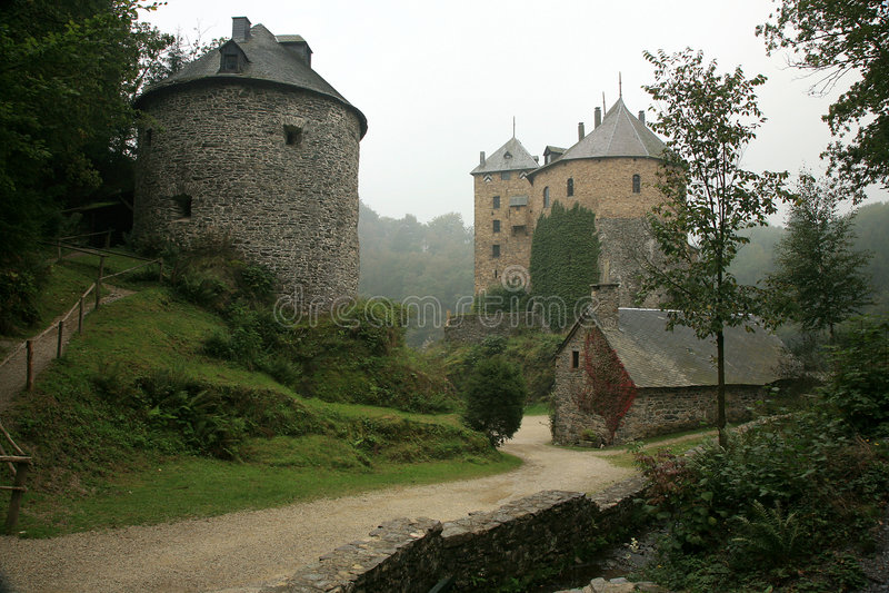 Castelo velho na montanha de Ardennes - Bélgica. foto de stock