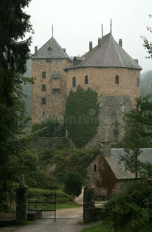 Castelo velho na montanha de Ardennes - Bélgica. fotos de stock