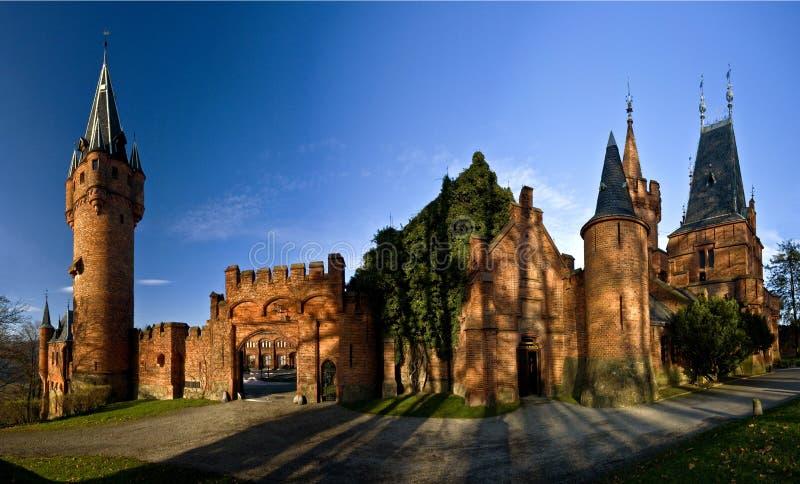 Download Castelo vermelho imagem de stock. Imagem de ruínas, verde - 16874487