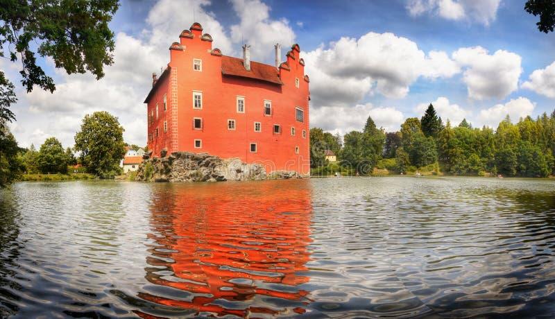 Castelo vermelho romântico do castelo do conto de fadas imagem de stock