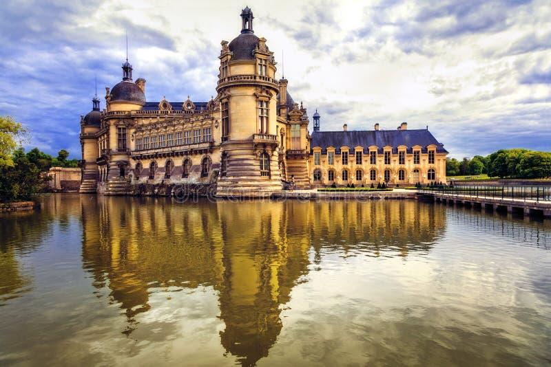 Castelos bonitos de França - castelo real de Chantilly fotos de stock