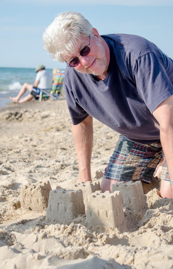Castelos da areia da construção durante a aposentadoria foto de stock