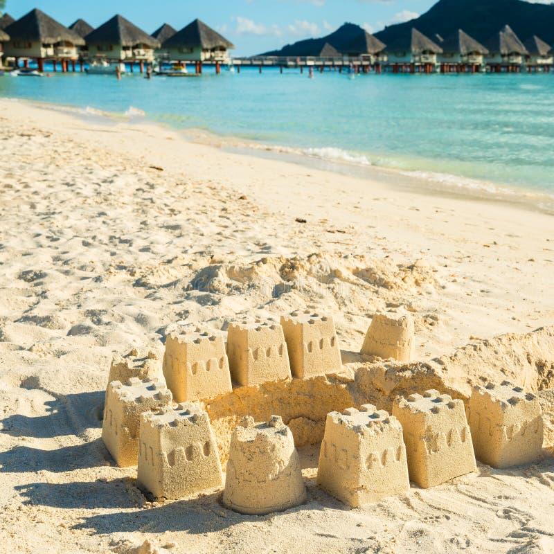 Castelos da areia na praia imagens de stock royalty free