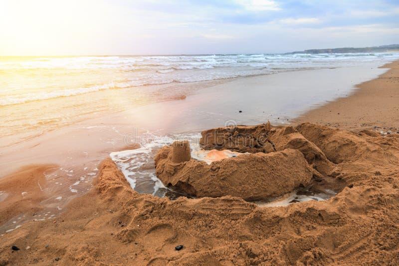 Castelos da areia na praia o mar imagem de stock
