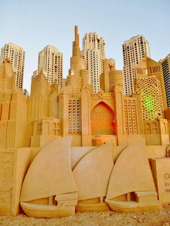 Castelos da areia que sobrepõem casas da estância de verão JBR de Jumeirah imagem de stock royalty free