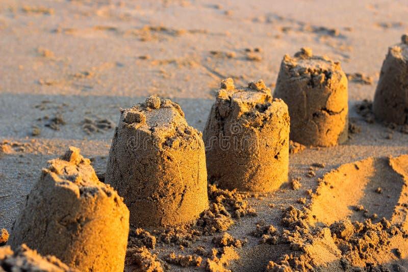 Castelos de areia no por do sol fotos de stock
