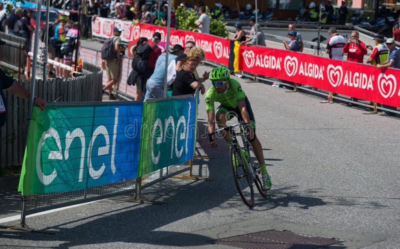 Castelrotto,意大利2016年5月22日;在困难时期试验攀登期间的专业骑自行车者 库存图片