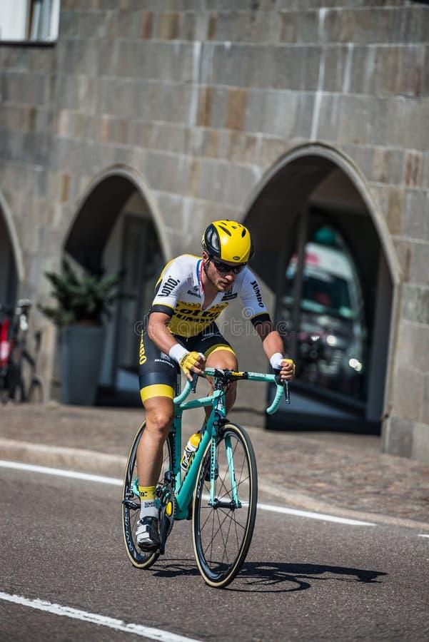 Castelrotto,意大利2016年5月22日;在困难时期试验攀登期间的专业骑自行车者 库存照片