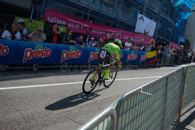 Castelrotto,意大利2016年5月22日;Rigoberto Uran,专业骑自行车者,在困难时期试验攀登期间 库存图片