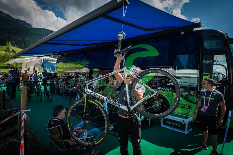 Castelrotto, Италия 22-ое мая 2016; Последняя проверка команды Cannondale велосипеда перед подъемом трудного времени пробным, стоковая фотография