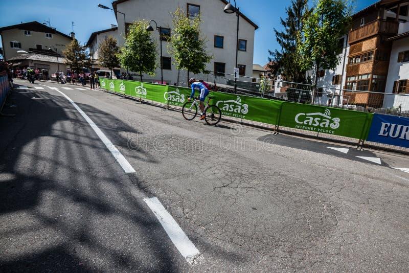 Castelrotto, Italia 22 de mayo de 2016; Ciclista profesional durante una subida de ensayo de la dificultad foto de archivo