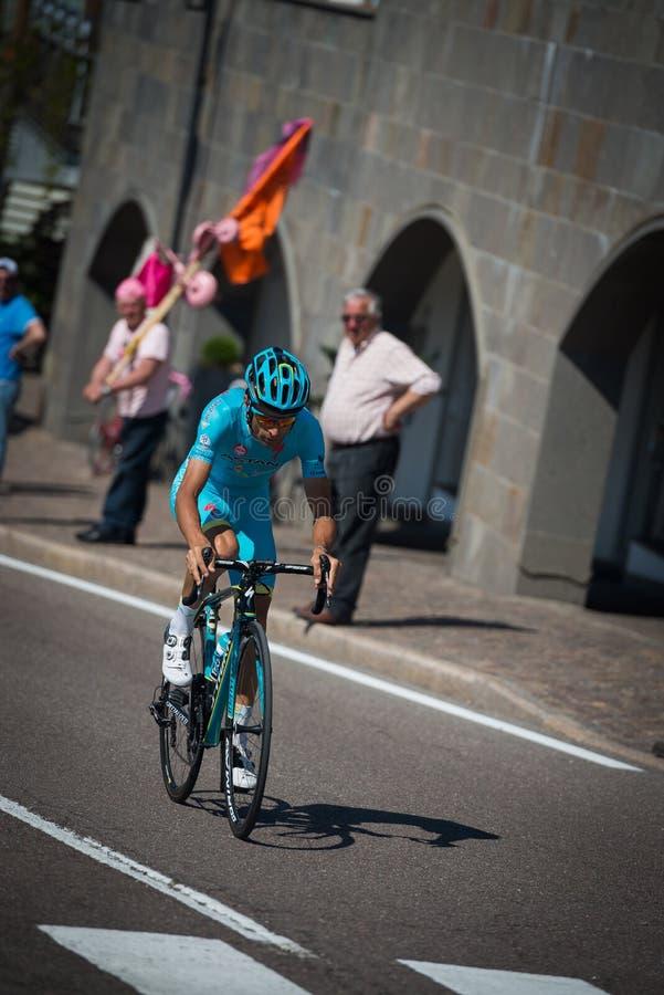 Castelrotto, Italia 22 de mayo de 2016; Ciclista profesional durante una subida de ensayo de la dificultad fotos de archivo