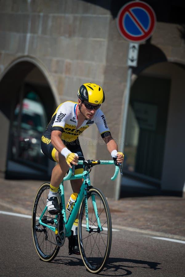 Castelrotto, Italia 22 de mayo de 2016; Ciclista profesional durante una subida de ensayo de la dificultad foto de archivo libre de regalías