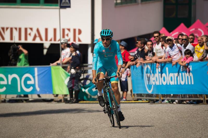 Castelrotto, Italia 22 de mayo de 2016; Ciclista profesional durante una subida de ensayo de la dificultad imagen de archivo