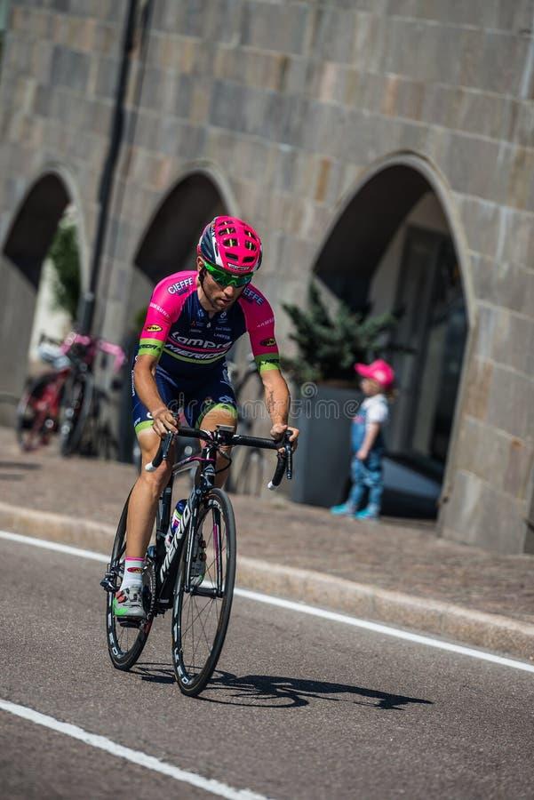 Castelrotto, Italia 22 de mayo de 2016; Diego Ulissi, ciclista profesional, durante una subida de ensayo de la dificultad fotografía de archivo