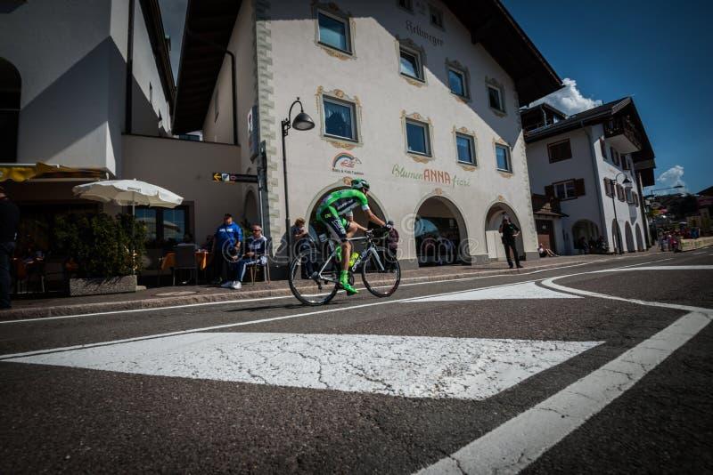 Castelrotto, Italie le 22 mai 2016 ; Cycliste professionnel pendant une montée d'essai de difficulté image libre de droits